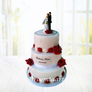 Droomtaart Bruidstaart wit met rode roosjes en bruidspaartopper