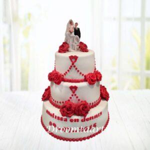 Droomtaart Bruidstaart wit met rode rozen en bruidspaartopper