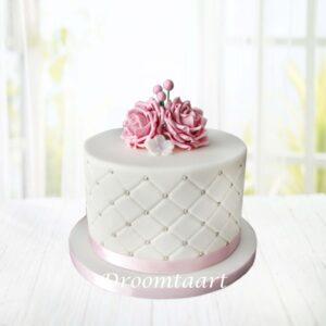 Droomtaart Bruidstaart wit met roze roosjes